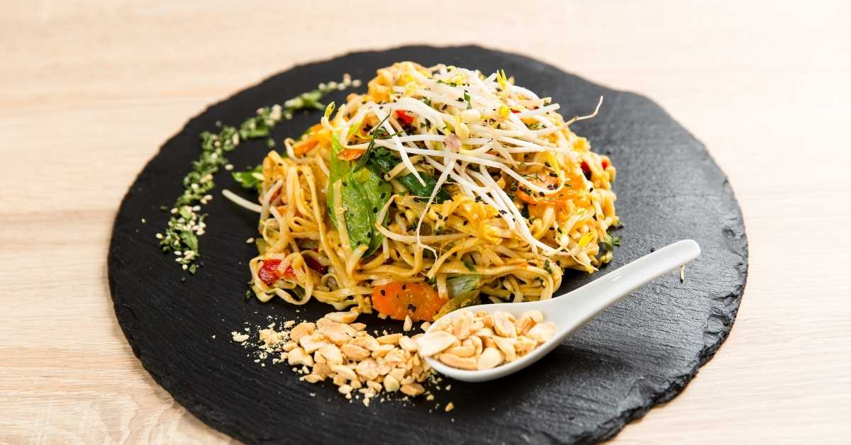 Chicken pad thai with rice noodle
